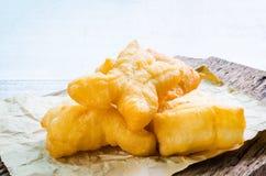 Palillos fritos chino de la pasta en el papel marrón Imagen de archivo