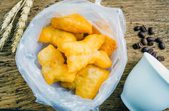 Palillos fritos chino de la pasta en la bolsa de plástico Foto de archivo libre de regalías