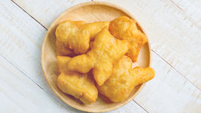 Palillos fritos chino de la pasta en plato de madera Fotos de archivo