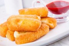 Palillos fritos del queso con la salsa Imagenes de archivo