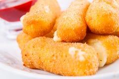 Palillos fritos del queso con la salsa Imagen de archivo libre de regalías
