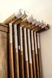 Palillos o clubs de polo en la casa argentina del campo. Foto de archivo libre de regalías