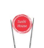 Palillos que llevan a cabo el marco del rollo de sushi Imagenes de archivo