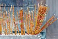 Palillos religiosos en el templo budista Foto de archivo libre de regalías
