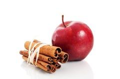 palillos rojos de la manzana y de cinamomo Imágenes de archivo libres de regalías
