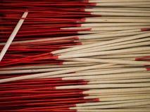 Palillos rojos del incienso Imagenes de archivo