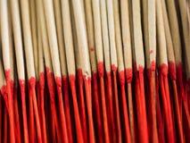 Palillos rojos del incienso Imágenes de archivo libres de regalías