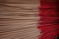 Palillos rojos del incienso Fotos de archivo libres de regalías