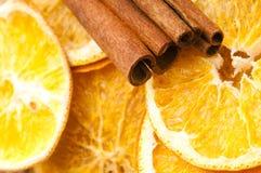 Palillos secados de la naranja y de cinamomo Fotografía de archivo libre de regalías