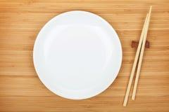 Palillos vacíos de la placa y del sushi Fotos de archivo libres de regalías