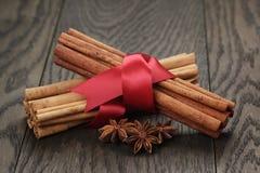 Palillos y anís de canela atados con la cinta Imagen de archivo libre de regalías