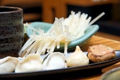 Palillos y bolas de masa hervida japoneses del arroz Imagen de archivo libre de regalías