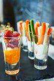 Palillos y carne de las verduras frescas con la salsa en un vidrio Bocados y canaps Fotografía de archivo libre de regalías