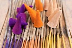 Palillos y conos del incienso Imagen de archivo