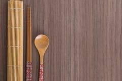 Palillos y cuchara rosados del sushi Fotografía de archivo