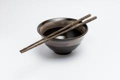 Palillos y cuenco del estilo japonés imágenes de archivo libres de regalías