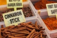 Palillos y especias de canela en el mercado Fethiye Imagenes de archivo