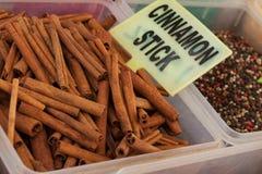Palillos y especias de canela en el mercado Fethiye Foto de archivo