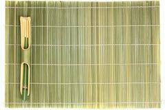 Palillos y estera de bambú Imagen de archivo libre de regalías