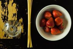 Palillos y fresas del incienso Imágenes de archivo libres de regalías