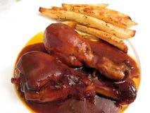 Palillos y fritadas enormes de pollo de la barbacoa fotografía de archivo libre de regalías