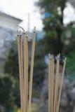 Palillos y humo de ídolo chino Imágenes de archivo libres de regalías