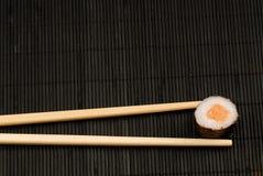 Palillos y maki del sushi Imagen de archivo