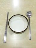 Palillos y plato y cuchara Imagenes de archivo