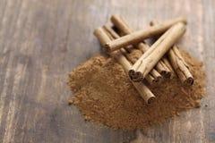 Palillos y polvo de canela de Ceilán Imagen de archivo libre de regalías