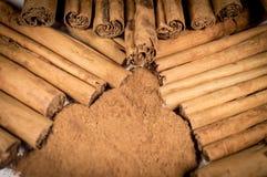 Palillos y polvo verdaderos de canela de Ceilán Fotos de archivo