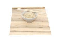 Palillos y tazón de fuente en la estera de bambú fotografía de archivo