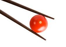 Palillos y tomate de cereza de bambú imágenes de archivo libres de regalías