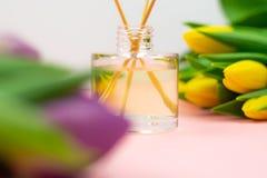 Palillos y tulipanes del incienso en fondo rosado fotos de archivo