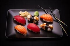 Paling, zalm en tonijnsushi met eetstokjes stock fotografie