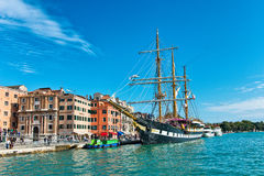 Palinuro legde in Venetië, Italië vast stock foto's