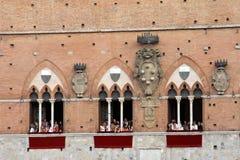 Palio di Siena, Tuscany, Italien Färgglad historisk barbacka hästkapplöpning Rymt i den härliga historiska Piazza del Campo Exci Fotografering för Bildbyråer