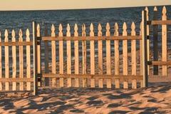 Palisadenzaun auf Sandy Beach Stockbilder