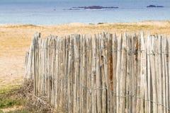 Palissade en bois par la mer Image stock