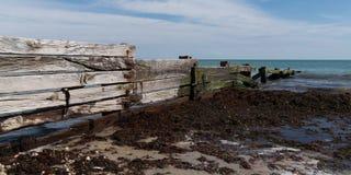 Palissade sur la côte pour casser des vagues attaquées par le ressac dans la bannière de calibre de Web photographie stock