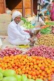PALITANA, GUJARAT, INDIA - JANUARI 3, 2014: De kleurrijke voedselmarkt stock foto