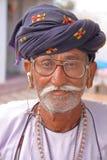 PALITANA, GUJARAT, INDIA - JANUARI 3, 2014: Portret van een Rabari-mens stock foto