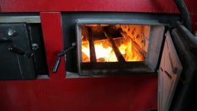 Paliwo pali w przemysłowym bojlerze Widok przez otwarte drzwi zbiory