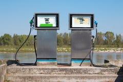 Paliwowa stacja: Benzynowa stacja blisko Fluvial portu Dla łodzi Obrazy Royalty Free
