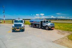 Paliwowe ciężarówki parkować przed samolotem przy Obrazy Stock