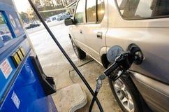 Paliwowy nozzle w zbiorniku przy benzynową stacją Zdjęcia Stock