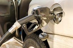 Paliwowy nozzle w zbiorniku przy benzynową stacją Obrazy Royalty Free