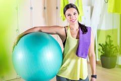 Palla adatta della tenuta della donna che riposa dopo la formazione dei pilates di allenamento Immagini Stock Libere da Diritti