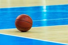 Palla arancio di pallacanestro Fotografia Stock
