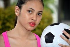 Palla asiatica sportiva di Portrait With Soccer dell'atleta femminile immagini stock libere da diritti