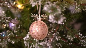 Palla beige di Natale sull'albero di Natale video d archivio